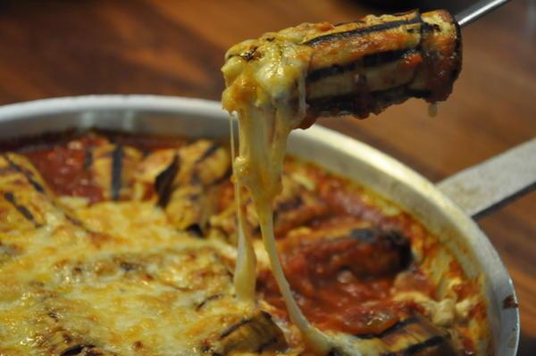 גלילות חצילים במילוי גבינות ברוטב עגבניות