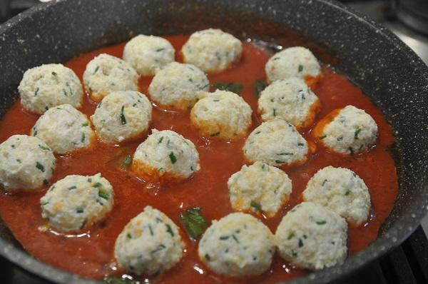 כדורי גבינה ברוטב עגבניות