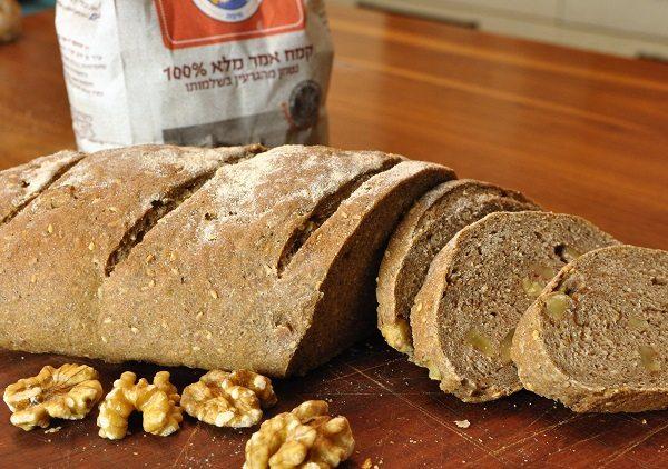 לחם מקמח אמר עם אגוזים ושומשום